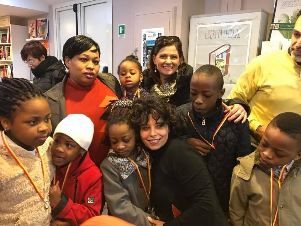 ansa / روبرتا غايتا مستشارة نابولي بجانب بعض المهاجرين في مكتبة نابولي. المصدر: المكتب الصحفي لمدينة نابولي.