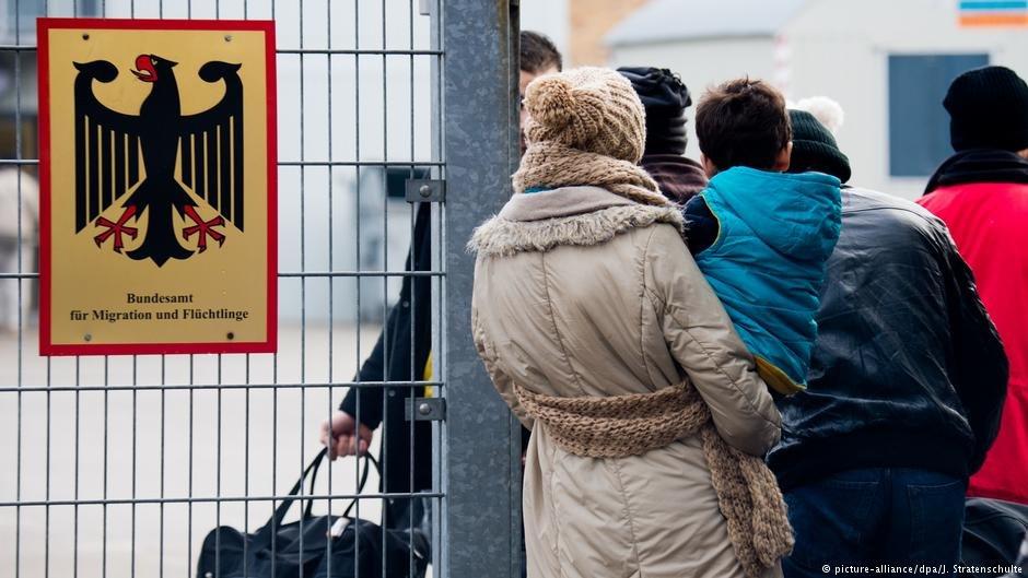 عکس از آشیف/ شماری از پناهجویان در حال ورود به اداره مهاجرت
