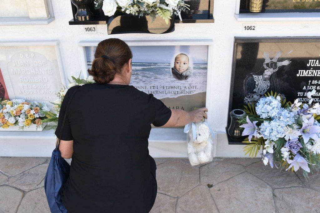 قصة الطفل صامويل الذي غرق أثناء محاولة عبور البحر مع والدته في 2017 صدمت إسبانيا. دافيد جورميزانو