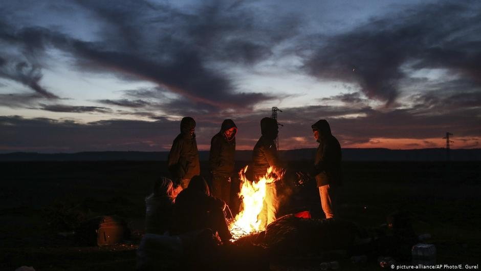 Migrants stand around a bonfire as they try to warm themselves in Edirne, Turkey   Photo: Picture-alliance/AP Photo/E.Gurel
