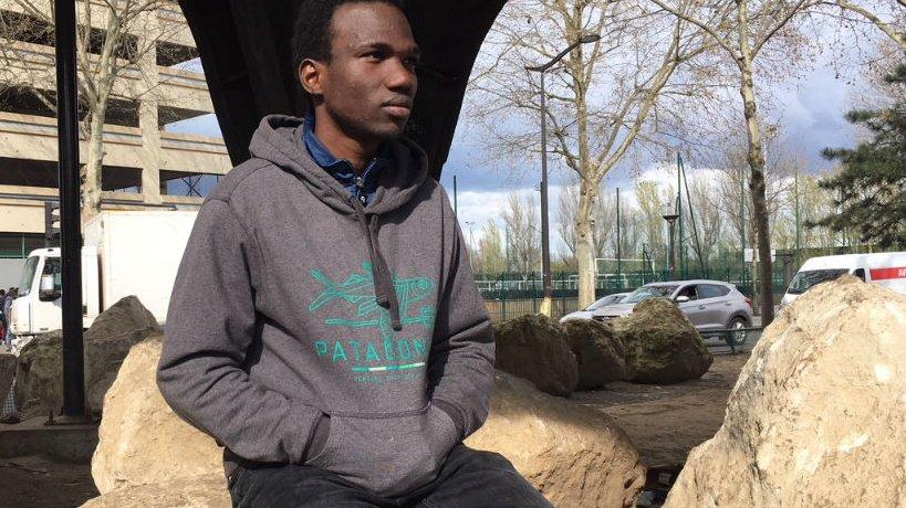 Ibrahim, 16 ans, a décidé de filmer son quotidien à Paris pour montrer la réalité de sa situation à ses amis restés en Guinée. Crédit : Julia Dumont