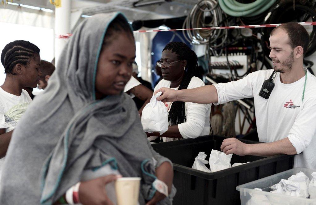 """ansa / أفراد من """"أطباء بلا حدود"""" على متن سفينة الإنقاذ """"أكواريوس"""" قبل أن ترسو في ميناء فالنسيا الإسباني. المصدر: منظمة """"أطباء بلا حدود""""."""