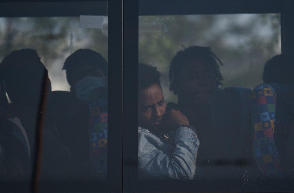 Un migrant attend le dmarrage du bus qui doit lemmener prendre une douche alors quune opration policire est en cours dans la Hospital jungle o il vit Crdit  Mehdi Chebil pour InfoMigrants