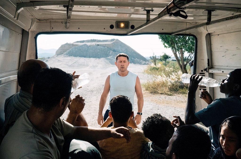 """Un passeur promet aux migrants de les faire traverser la frontière. Crédit: Capture d'écran d'Arte production """"Eden"""" © SWR/Pierre Meursaut"""