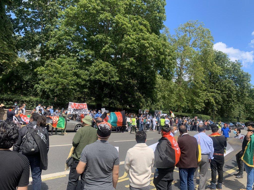 لندن کې یو شمیر افغانان د ایران پر ضد شعارونه ورکوي. تصویر: مدني فعال شکرالله لودین