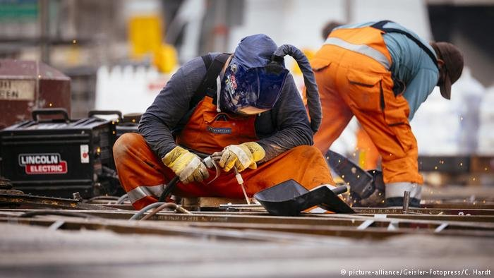 Workers fix train tracks in Cologne, Germany | Photo: Picture-alliance/Geisler-Fotopress/C.Hardt