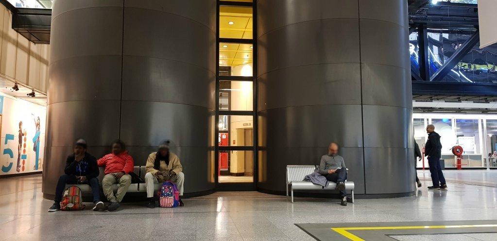 مهاجرون ينتظرون فتح أبواب مكتبة مدينة العلوم بباريس. آن-دياندره لوران