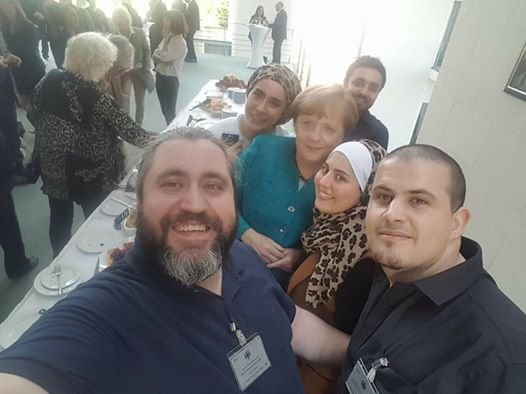 Mallakeh et ses amis avec la chancellire allemande Angela Merkel
