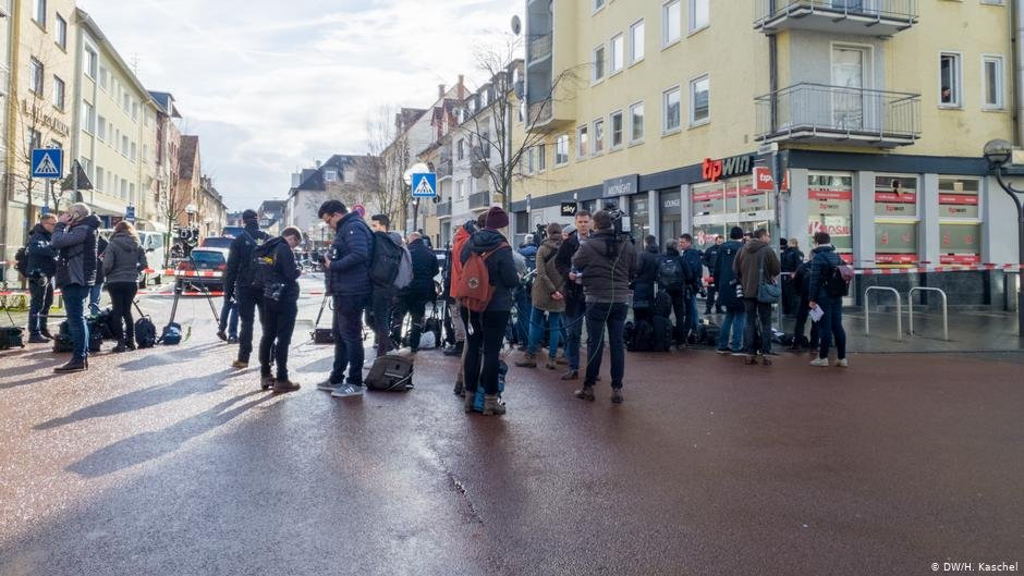 Reporters gather at the crime scene one day after the shooting | Photo: DW/H.Kaschel