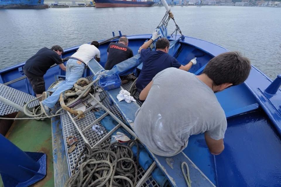 Pendant des mois des bnvoles ont effectu des travaux sur le chalutier pour le transformer en navire de sauvetage Crdit  Maydayterraneo