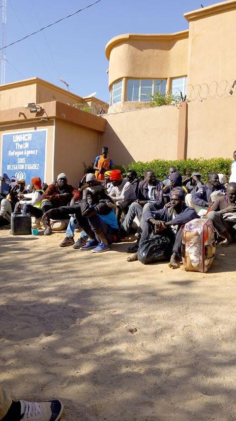 Des demandeurs d'asile soudanais devant les locaux du HCR à Agadez, au Niger. Crédit : DR
