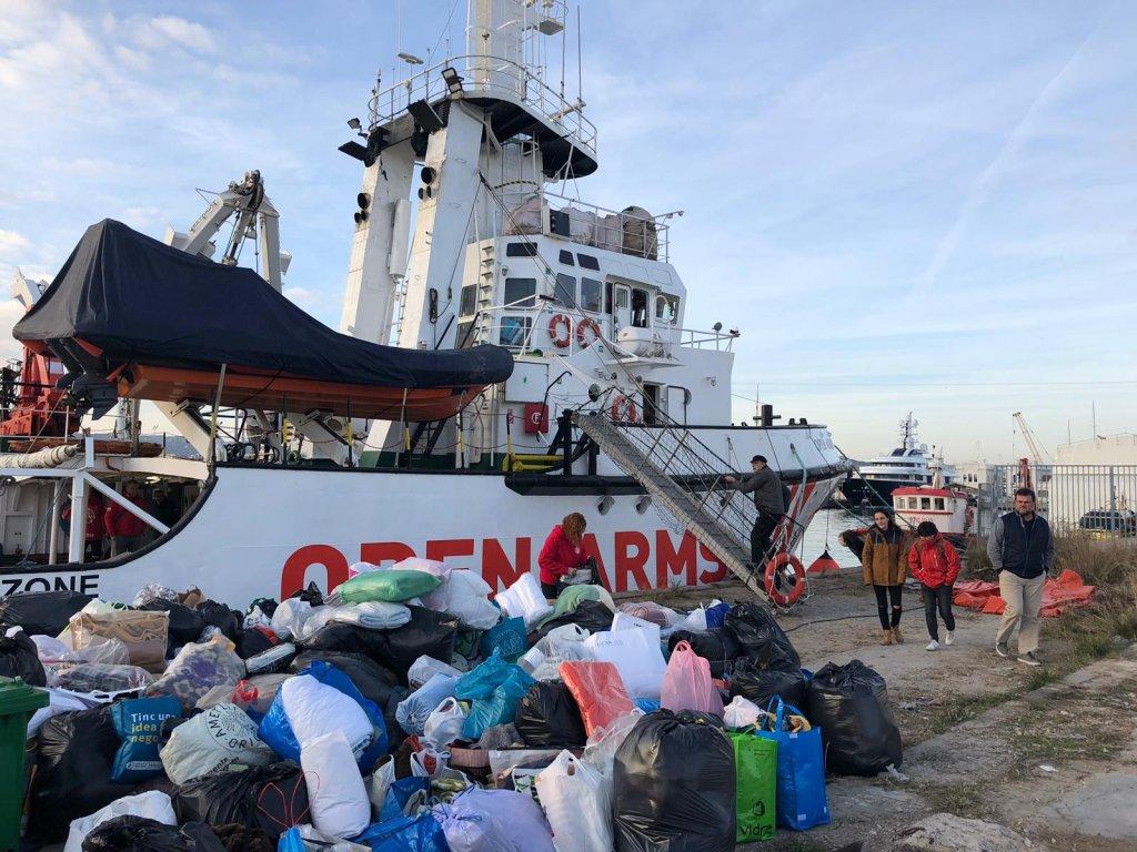 RFI/Elise Gazengel |Des bénévoles aident au chargement de dons de couverture sur le bateau de l'ONG Open Arms.
