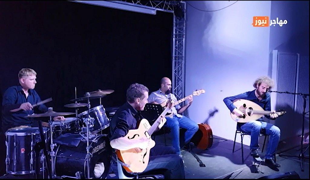 """فرقة """"جسر"""" خلال أدائها الأول في مدينة بوردو جنوب فرنسا. الصورة: شريف بيبي"""