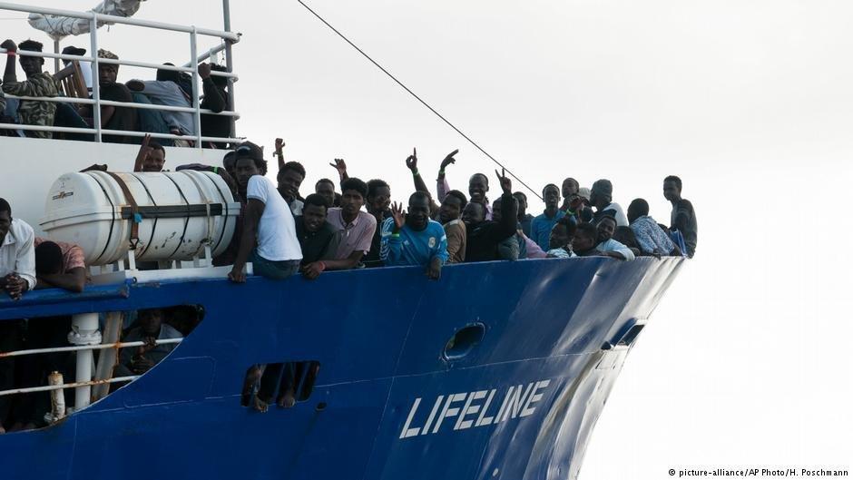 """مهاجرون على متن سفينة """"لايف لاين"""". أرشيف"""