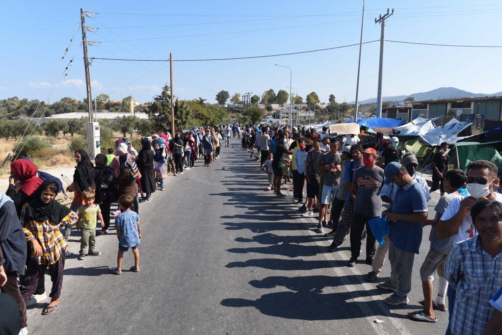 صف بزرگ مهاجران برای توزیع غذا در امتداد جاده میتیلین. این مهاجران از هنگام ترک کمپ سوخته موریا حدود یک هفته پیش غذای کافی نخوردهاند. عکس از مهدی شبیل/ مهاجر نیوز