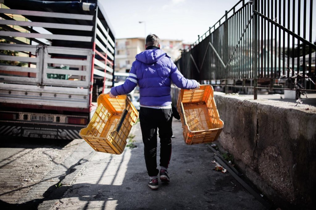 بعض المهاجرين القاصرين يعملون في سوق سوكافو في نابولي أرشيف أنسا وفرانسيسكو اليسي باراليلوزيرو