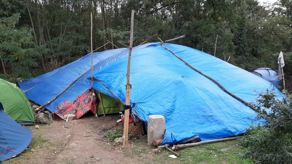 Quinzaine personnes rparties dans 11 tentes vivent sous cette bche Photo  InfoMigrants