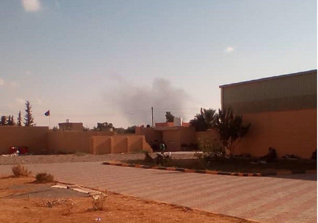 دخان حرائق ناجم عن قصف لمواقع قريبة من مركز الاحتجاز