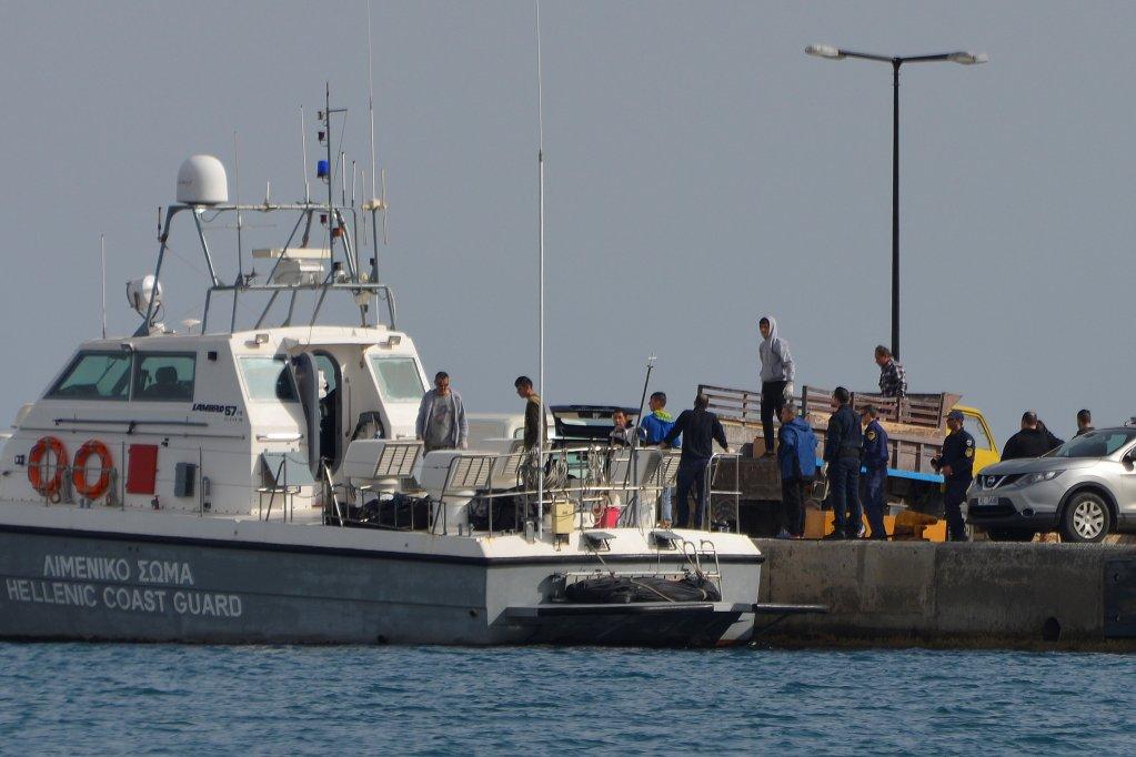 Les garde-côtes grecs transfèrent le corps des 16 migrants morts en mer Égée, samedi 17 mars. Crédit : Reuters