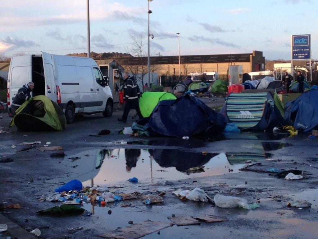 Des gendarmes ramassent les tentes des migrants sur le terrain dit de l'ancienne station-service à Calais, le 28 janvier 2020. Crédits : Human Rights Observers