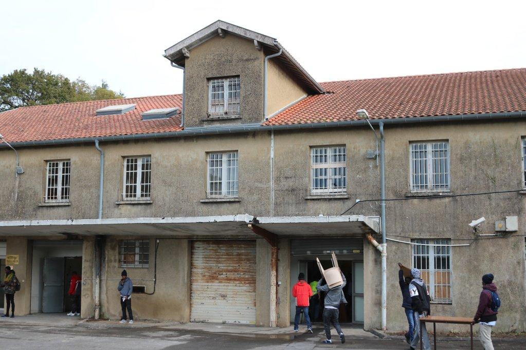 Des jeunes migrants aident les bénévoles des associations Atherbea et Diakité à aménager le nouveau centre d'hébergement Pausa de Bayonne. Crédit : InfoMigrants
