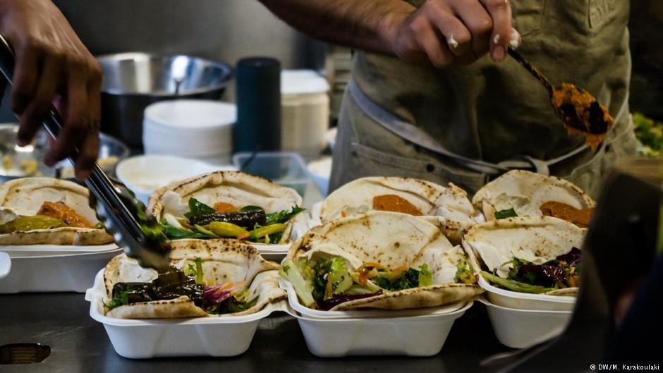 Volunteers prepare lunch for customers | Photo: DW/M. Karakoulaki