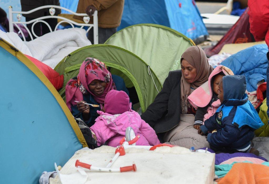 زنان مهاجر در کمپ پورت دو لا شاپل در شمال پاریس. عکس از مهدی شبیل
