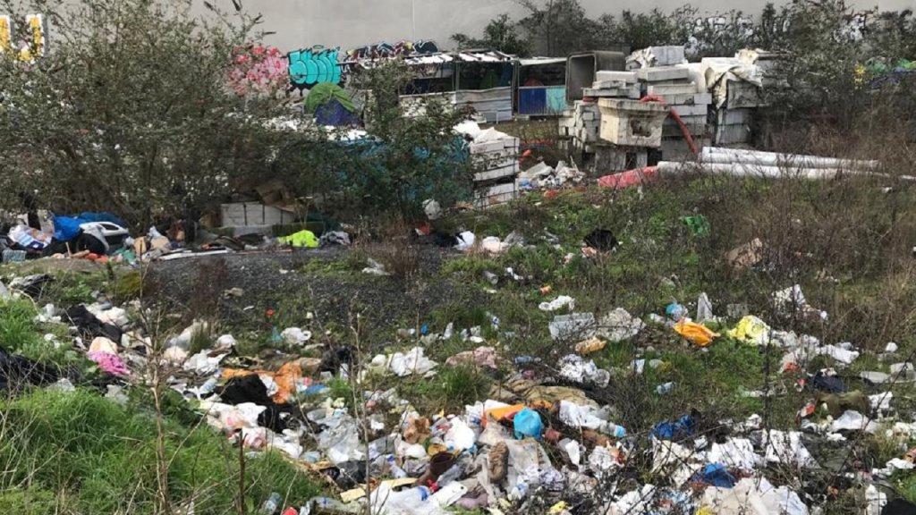 ويعيش المهاجرون في ظروف صعبة، حيث توجد اكوام من القمامة حول خيامهم، كما تنشط الجرذان في المنطقة ليلاً. المصدر / موسى أبو زعنونة - مهاجر نيوز