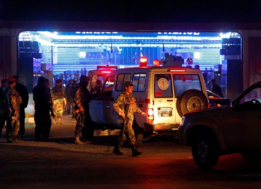د افغان امنیتی ځواکونو د چاودنې په منطقه کې. رویترز