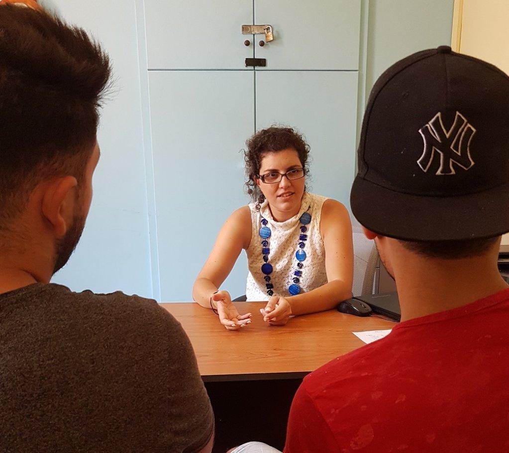 ماتينا سولوماكو مديرة مركز استقبال المهاجرين القاصرين تتحدث لاثنين منهم