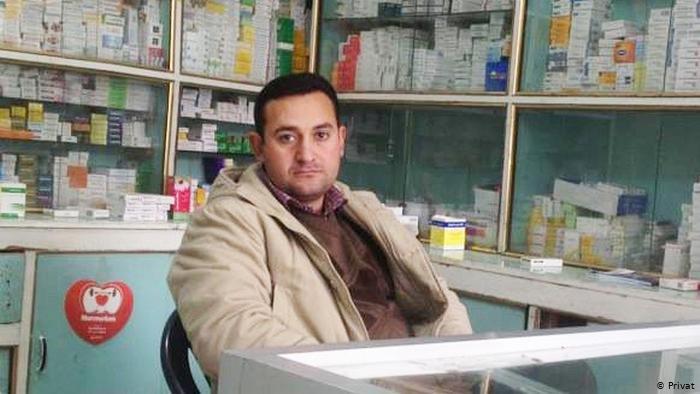 الصيدلاني السوري ضياء الضاحي في صيدليته عندما كان في سوريا