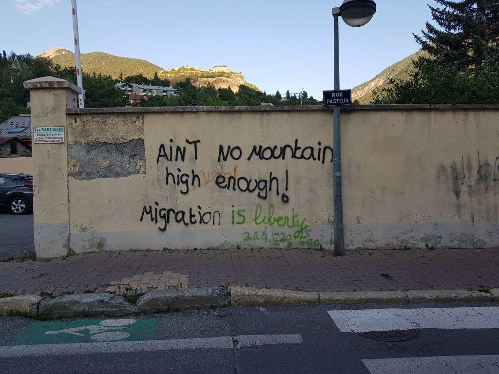 """""""Aucune montagne n'est assez haute"""", dit un tag dans le centre de Briançon. Crédit : InfoMigrants."""