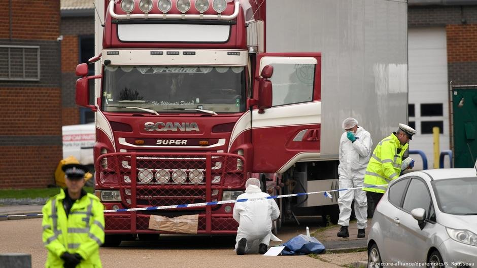 Forensic workers examine the truck in which 39 people were found dead | Photo: Stefan Rousseau/PA Wire/dpa