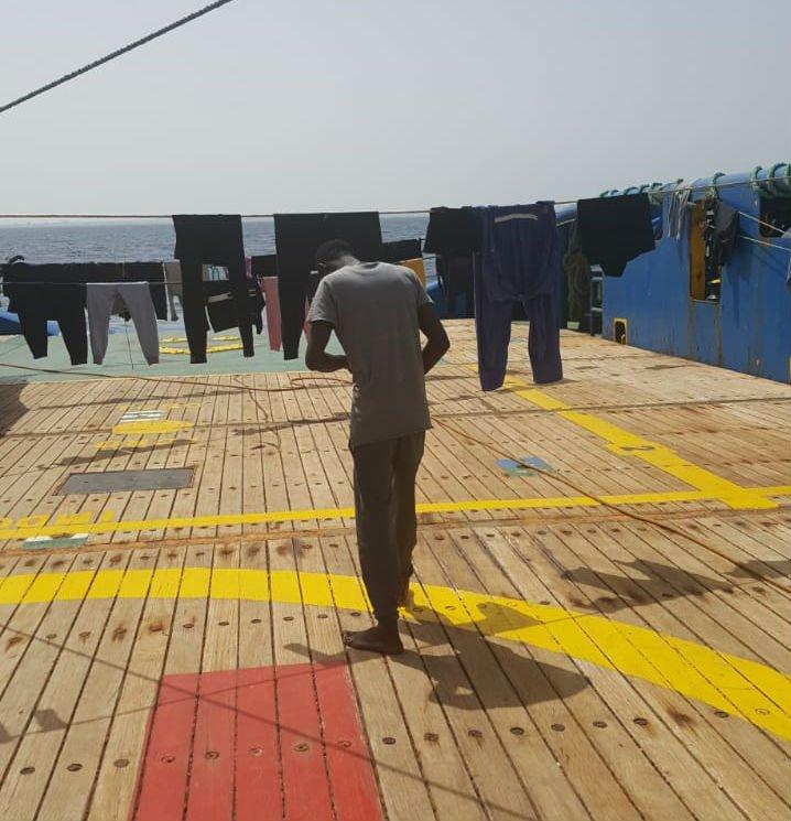 """Des migrants font sécher leur linge sur le """"Sarost 5"""". Crédit : InfoMigrants"""