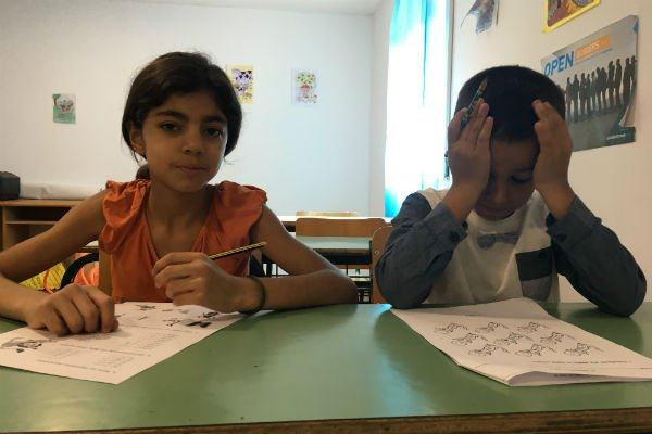 Heba, à gauche, résoud les problèmes de multiplication sans aucun difficulté. Crédit : Charlotte Boitiaux