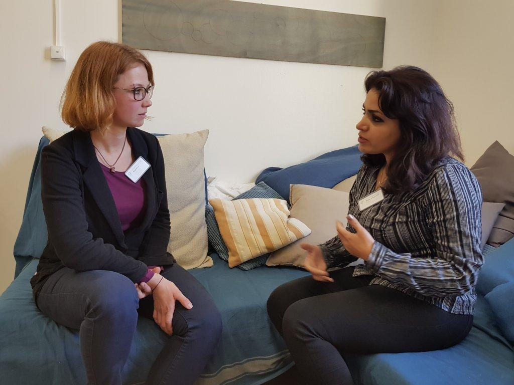 La psychologue Alexandra Blattner (à gauche) discute avec l'Iranienne Parisa | Photo: Benjamin Bathke