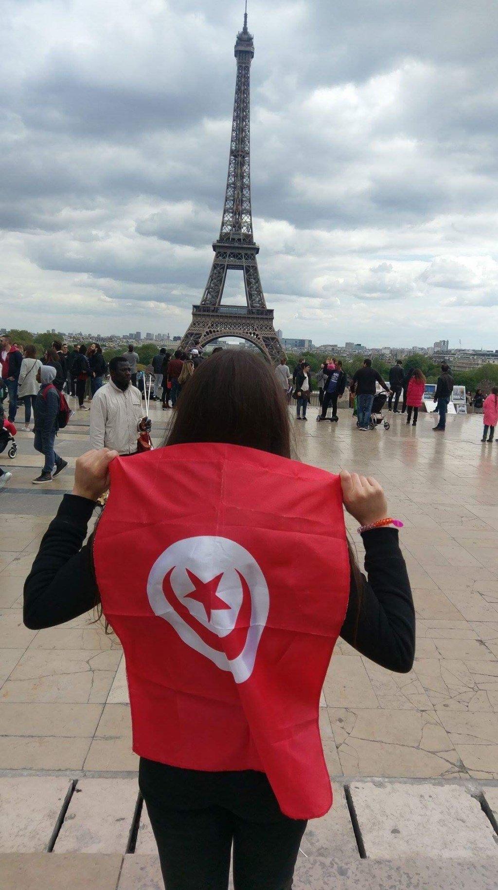 مهندسة تونسية شابة أمام برج إيفل/الصورة: عزة بن حميدة