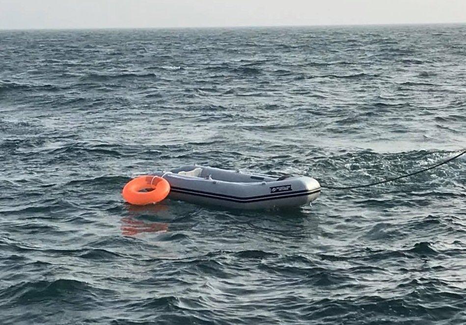 صورة للقارب الذي كان يستقله المهاجرون الستة في بحر المانش، مأخوذة من فيديو أصدرته الجمعية الوطنية للإنقاذ البحري