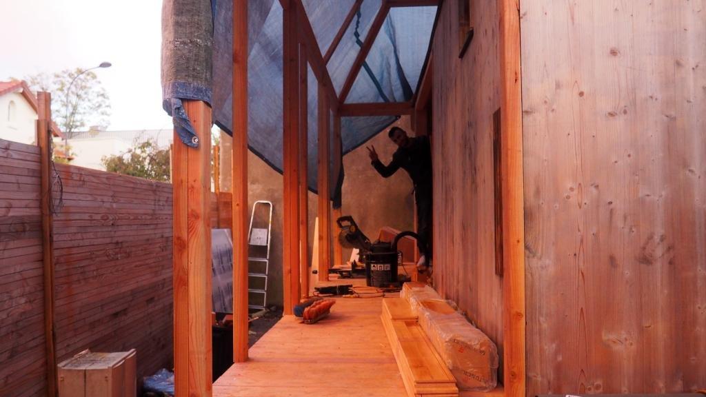 Une fois la maisonnette installée dans le jardin, les bénévoles y ont rajouté une petite terrasse couverte. Crédit : Quatorze / Maïté Pinchon