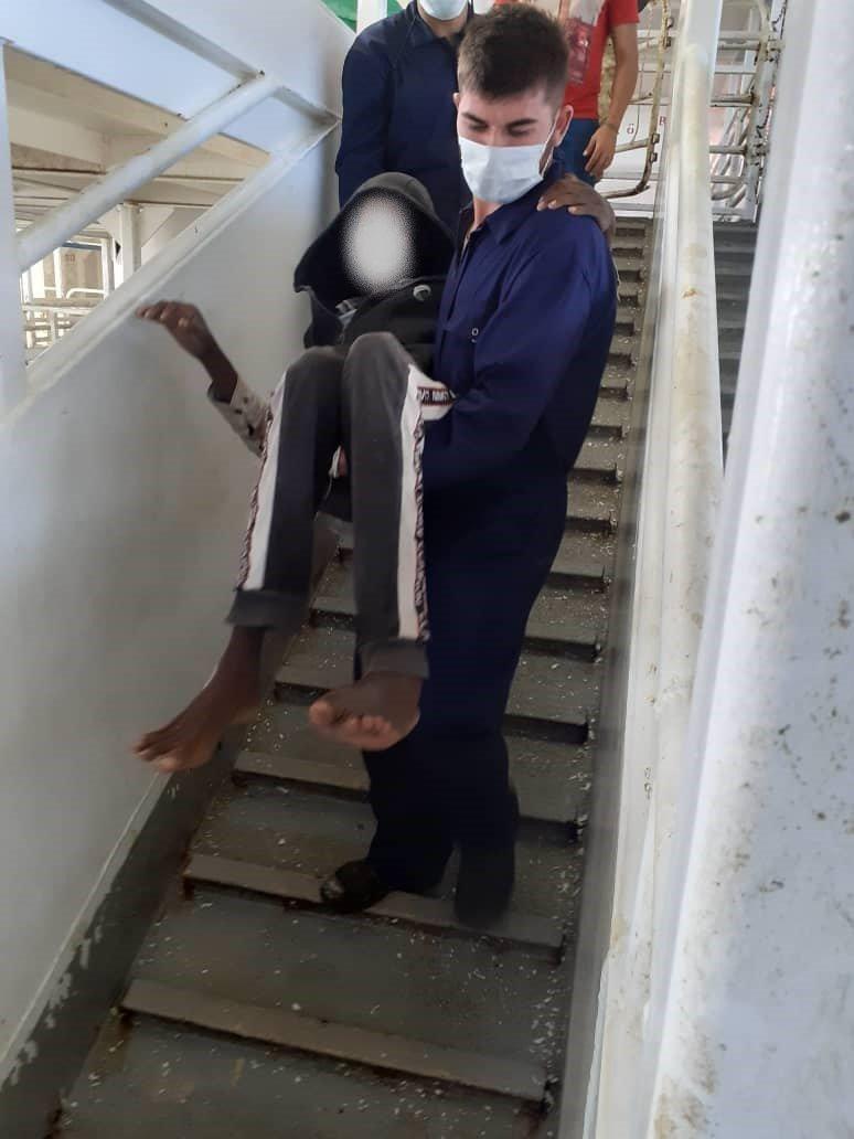 مسئولان مالتایی این مهاجر را که توان راه رفتن نداشت از کشتی انتقال دادند. عکس DR