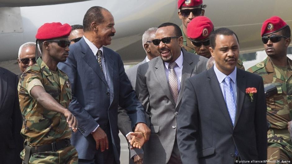 Le prsident rythren Isaias Afwerki  gauche est accueilli par le premier ministre thiopien Abiy Ahmed en 2018 alors que les deux pays tentent de rchauffer leurs relations  Photo  Picture-allianceAP PhotoMAyene