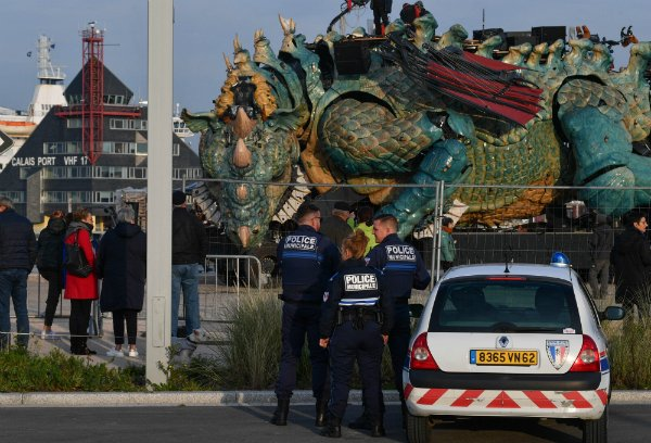 Un dragon géant mécanique, coûteuse structure sur laquelle la ville compte pour attirer touristes et emplois, a été inauguré vendredi 1er novembre à Calais.  Photo : Mehdi Chebil