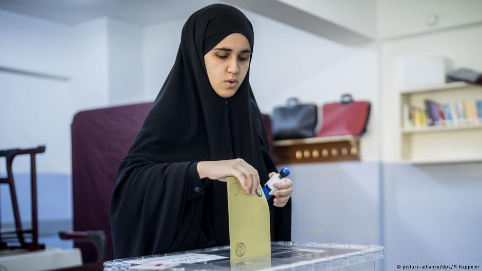 Le droit de vote est inscrit dans la Déclaration universelle des droits de l'homme. Crédit: picture-alliance/dpa/M. Kappeler