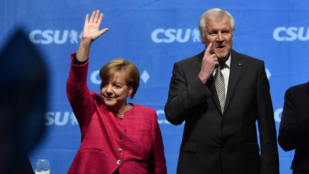 Christof Stache, AFP |La chancelière allemande Angela Merkel aux côtés du président de la CSU Horst Seehofer, le 22 septembre 2017, à Munich.