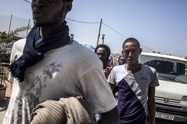گروهی از مهاجران صحرای جنوب افریقا در منطقه مرزی ملیله.  عکس از خبرگزاری فرانسه