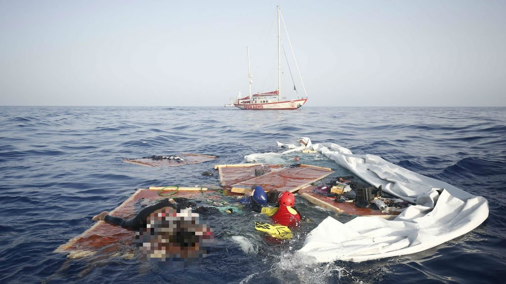 Photo de l'opération de secours menée en mer Méditerranée par l'ONG Pro Active. Photo publiée sur son compte Twitter.