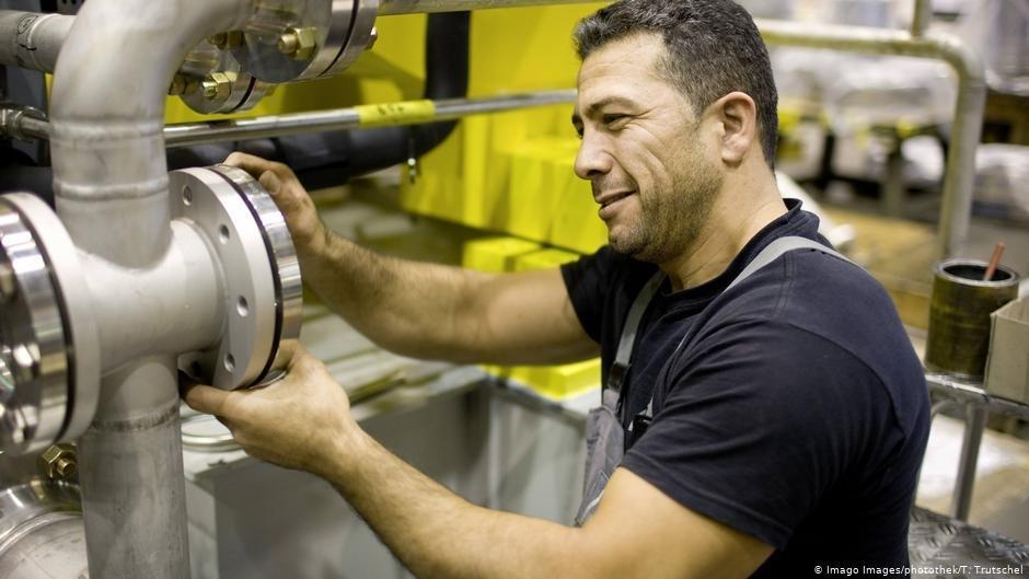 Un homme travaillant dans une usine  Berlin  Photo  Imago ImagesphotothekTTrutschel