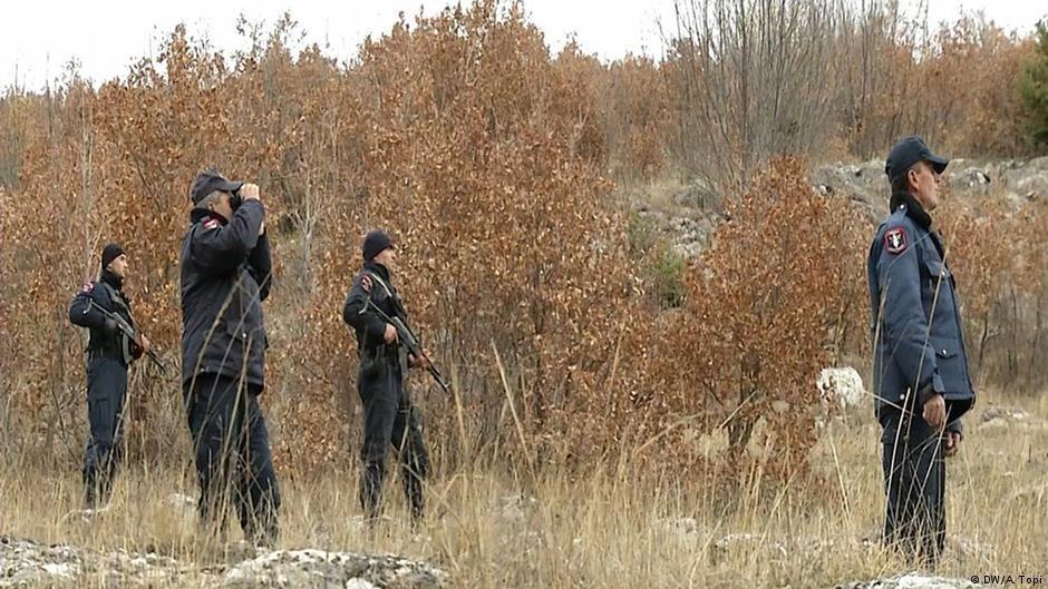 La police patrouille le long de la frontire entre lAlbanie et la Grce  Photo DWA Topi