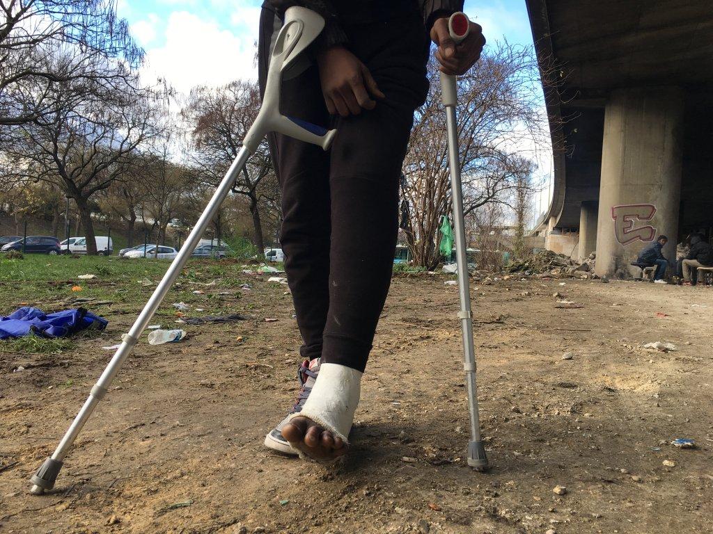 Ousmane un Soudanais au pied cass  qui vit sous le priphrique de la Porte de la Villette Crdit  InfoMigrants