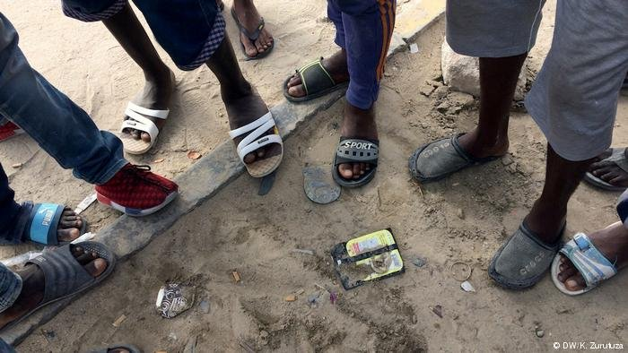 The feet of a group of migrants in Libya   Photo: DW/K.Zurutuza